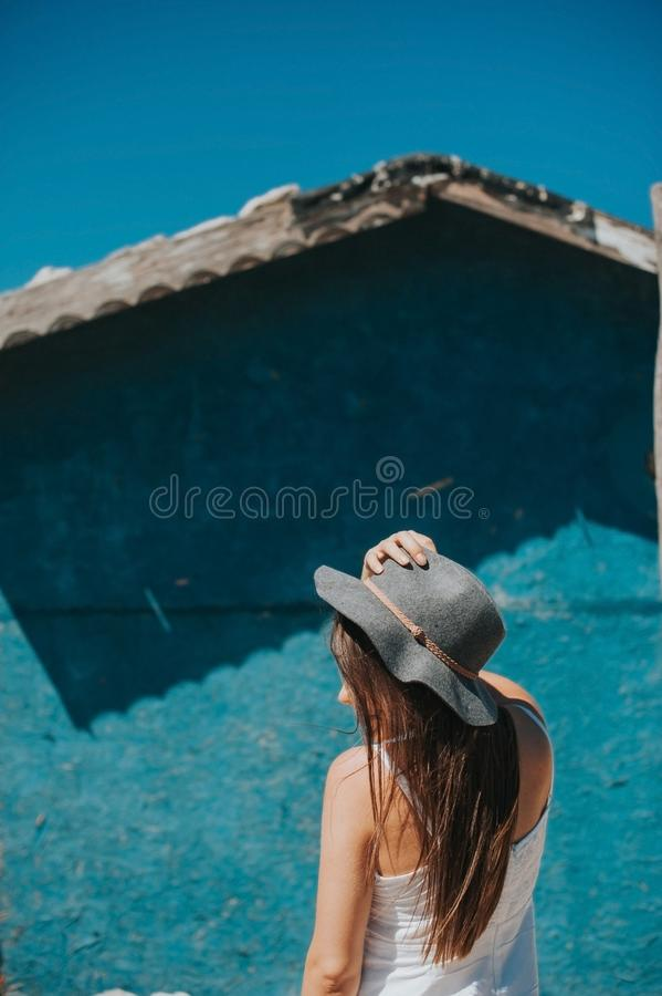 Foto artistica di giovane ragazza del viaggiatore dei pantaloni a vita bassa fotografia stock libera da diritti