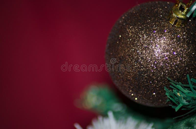 Foto ascendente cercana de la bola de la Navidad en el fondo rojo del árbol de navidad fotos de archivo libres de regalías