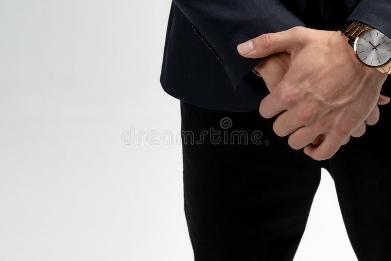 Foto ascendente cercana de manos cruzadas con el reloj aislado sobre el fondo blanco foto de archivo libre de regalías