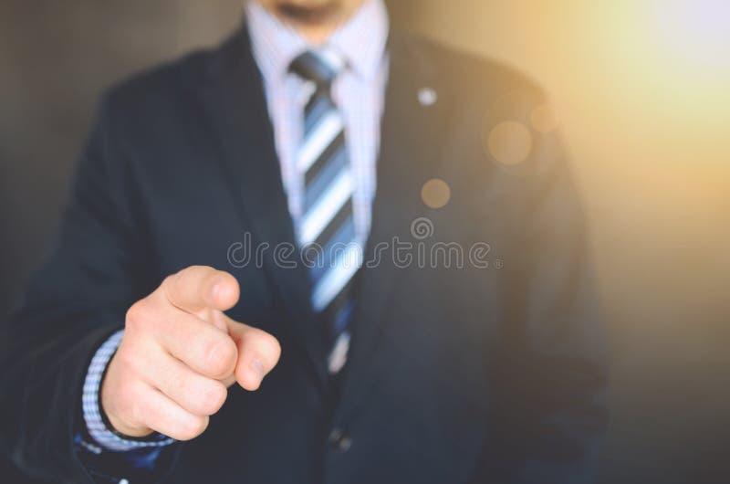 Foto ascendente cercana de una chaqueta del traje de la persona que lleva fotos de archivo