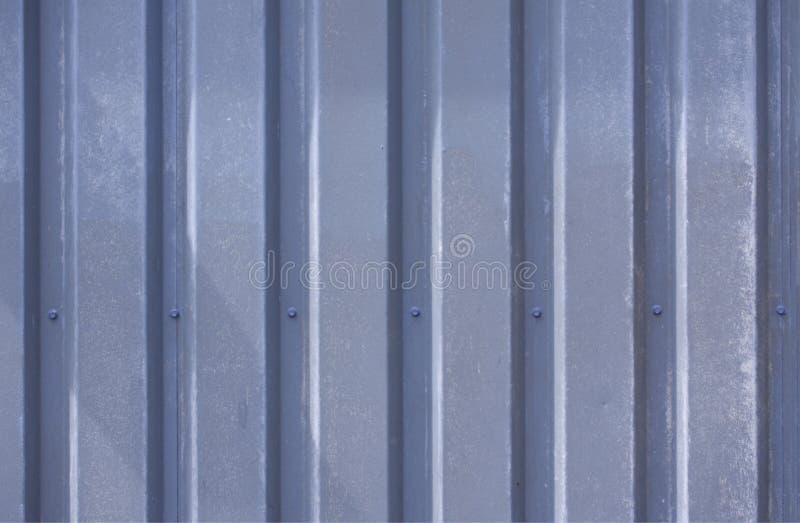 Foto ascendente cercana de una fachada de un edificio industrial con las rayas gráficas de los perfiles resistidos azules vertica foto de archivo libre de regalías