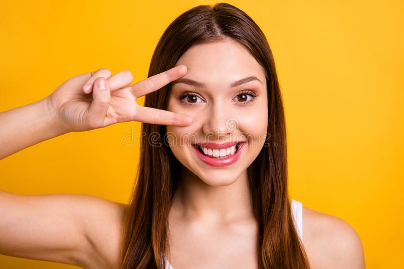 Foto ascendente cercana del adolescente adolescente encantador precioso apuesto ella ella hacer que la v-muestra siente para disf imagenes de archivo