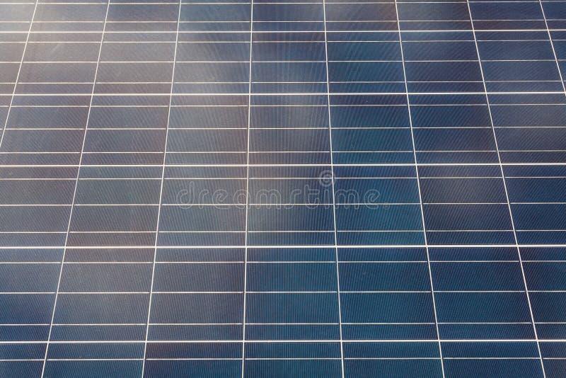 Foto ascendente cercana del panel fotovoltaico o del nuevo equipo de la energía solar foto de archivo