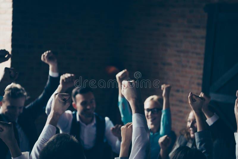 Foto ascendente cercana mucho grupo de personas grande que celebra progreso de lanzamiento de la economía del triunfo de la fortu fotos de archivo libres de regalías