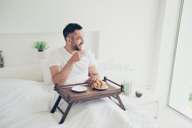 Foto ascendente cercana que sorprende él él su bebida azucarada dulce del café del desayuno de la panadería del individuo de la m fotos de archivo libres de regalías
