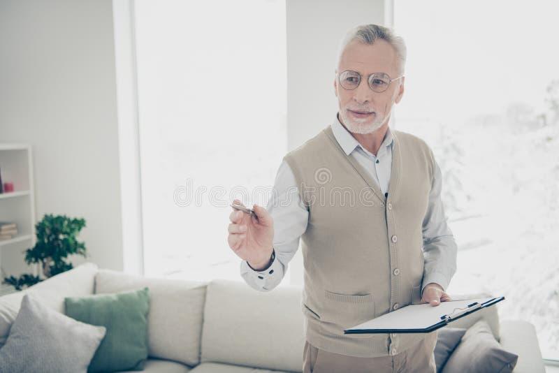 Foto ascendente cercana que sorprende él él su pluma experta envejecida del control del especialista de la hospitalidad de la dem fotos de archivo libres de regalías