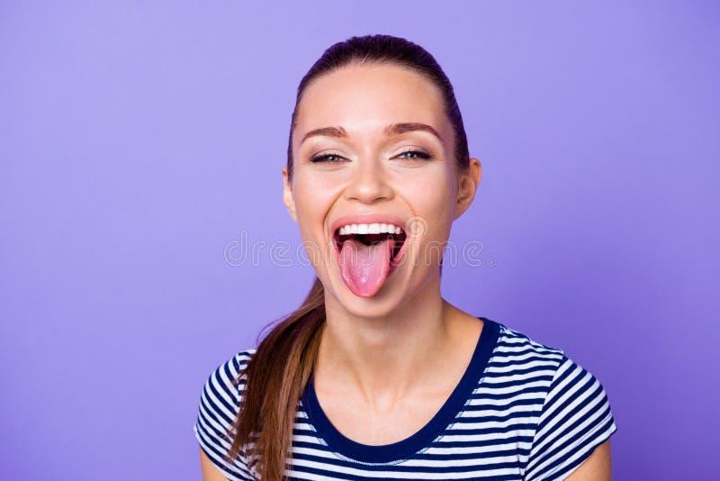 A foto ascendente próxima da senhora bonito encantador do jovem faz as caras gritar o tolo satisfeito cândido contente deleitado  imagem de stock