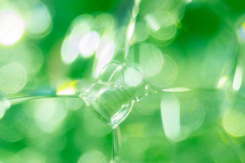 Foto ascendente próxima de bolhas e da espuma transparentes verdes de sabão imagens de stock