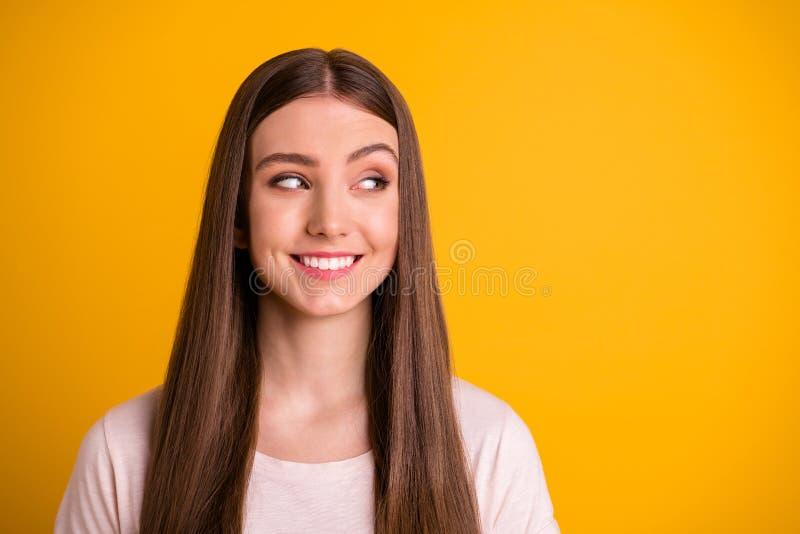 A foto ascendente próxima do olhar adolescente bonito agradável do adolescente tem pensamentos que as decisões bem escolhidas cur foto de stock