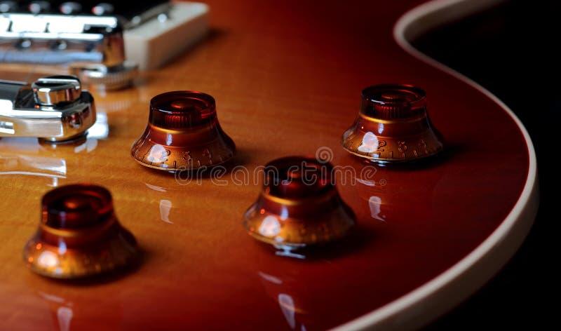 Foto ascendente próxima extrema do volume e da Tone Controls da guitarra elétrica fotografia de stock royalty free