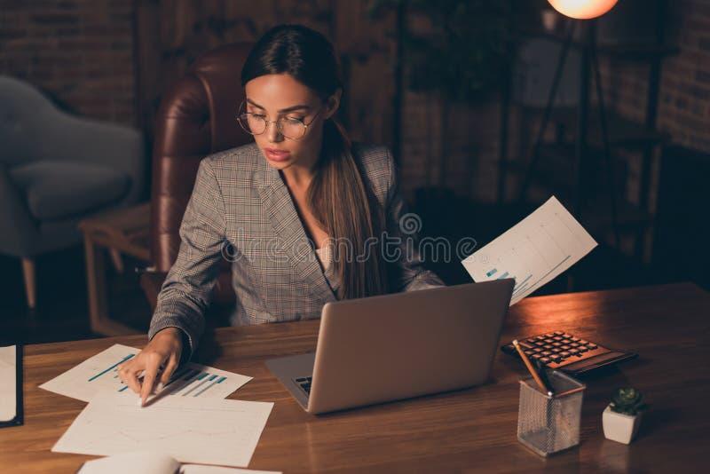 Foto ascendente próxima impressionante ela que seu assistente principal da senhora do negócio aprende que verificação atual da in fotos de stock