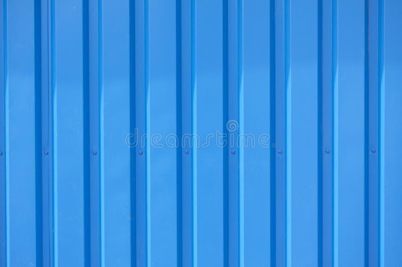 Foto ascendente pr?xima de uma fachada de uma constru??o industrial com as listras gr?ficas de perfis azuis verticais minimalisti fotografia de stock royalty free