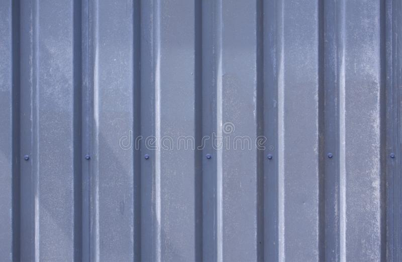 Foto ascendente pr?xima de uma fachada de uma constru??o industrial com as listras gr?ficas de perfis resistidos azuis verticais  foto de stock royalty free