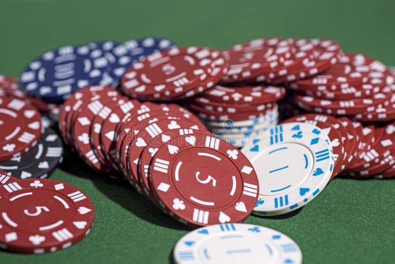 Foto astratta del casinò Gioco del poker su fondo rosso Tema di gioco immagine stock libera da diritti