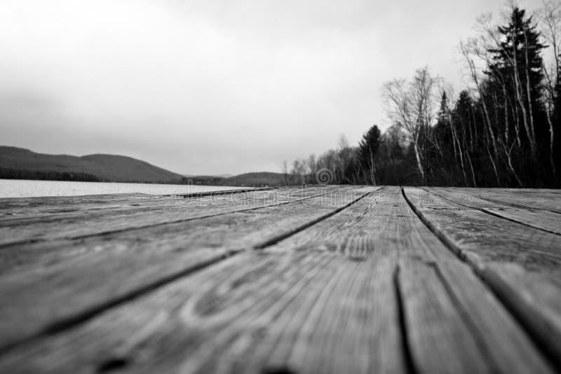 Foto asustadiza de HDR de un muelle cerca de un lago imágenes de archivo libres de regalías