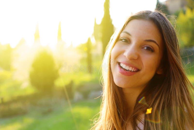 Foto atmosferica all'aperto di stile di vita di giovane bella signora Molla calda Autunno caldo fotografia stock