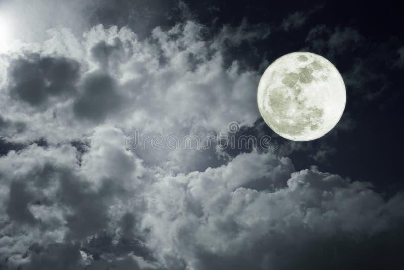 Foto atractiva de un cielo de la noche con la Luna Llena nublada y brillante Uso hermoso de la naturaleza como fondo outdoors imágenes de archivo libres de regalías