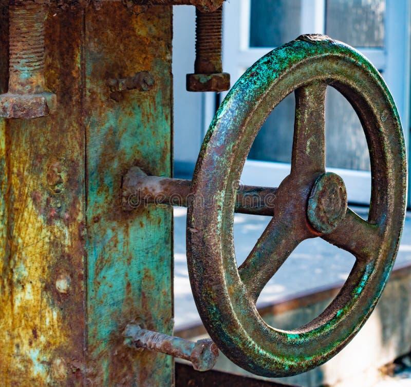 Foto auf Lager des Handbuches betreiben blaues Metallkugelventil und leiten industrielle Ausrüstung stockbilder