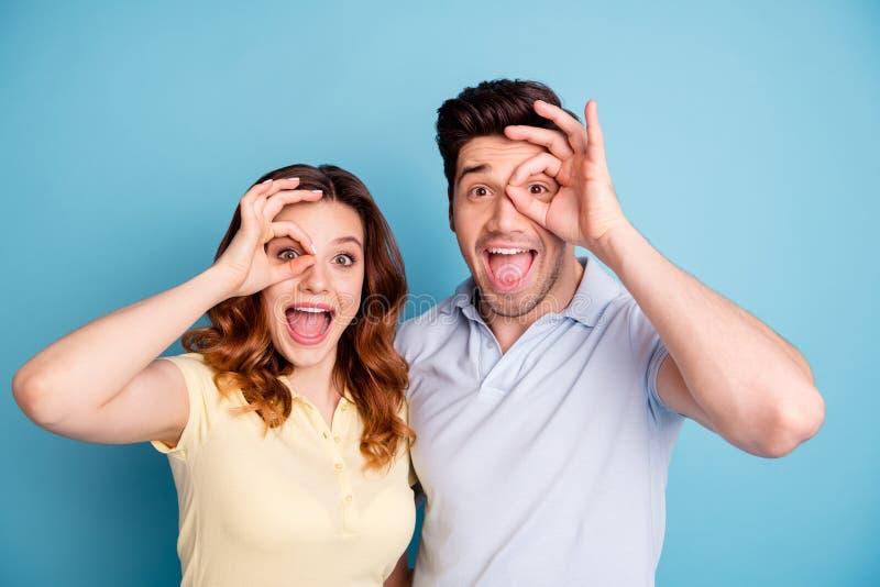 Foto aufgeregten besten Symbols okey Freunde der flippigen Paare nahe Augenspezifikt.-Gläsern tragen zufällige T-Shirts lokalisie stockfotografie