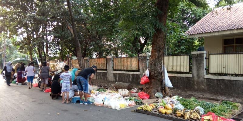 Foto 4 augusti 2019, Condet, East Jakarta, Indonesien, folksamling, köpare och säljare grönsaker på en mycket liten marknad royaltyfria foton