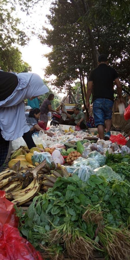 Foto 4 augusti 2019, Condet, East Jakarta, Indonesien, folksamling, köpare och säljare grönsaker på en mycket liten marknad arkivbilder
