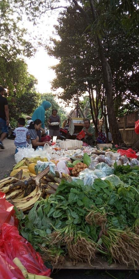 Foto 4 augusti 2019, Condet, East Jakarta, Indonesien, folksamling, köpare och säljare grönsaker på en mycket liten marknad royaltyfri foto