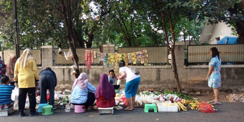 Foto 4 augusti 2019, Condet, East Jakarta, Indonesien, folksamling, köpare och säljare grönsaker på en mycket liten marknad royaltyfri bild