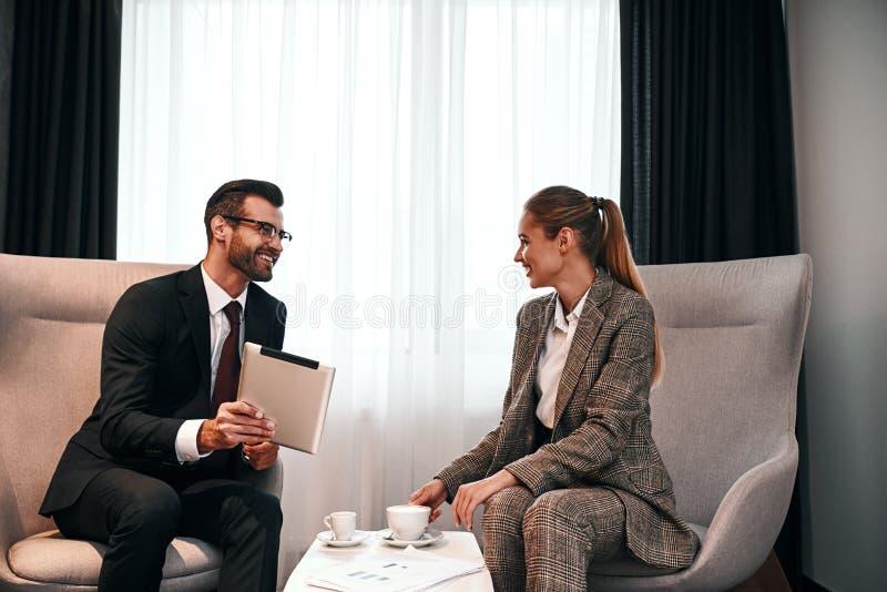 Foto av affärsmötet i dyrt hotell arkivbild