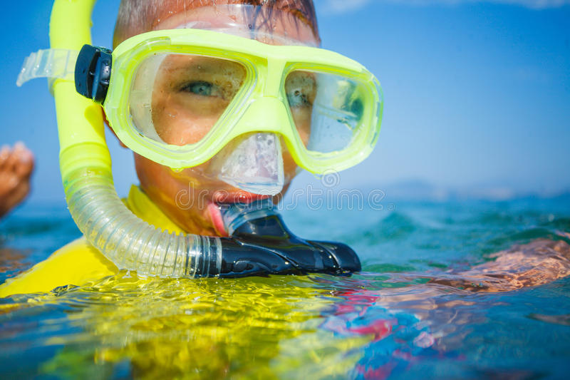 Foto av att snorkla pojken royaltyfria foton