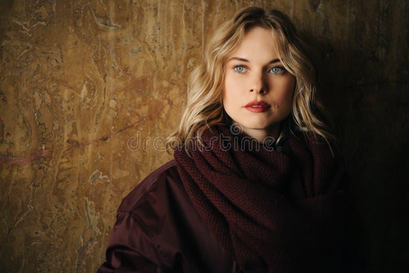 Foto av blondinen som bort ser arkivfoto