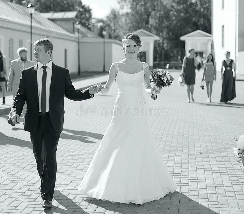 foto av bröllopet brud- och brudgumståenden arkivbilder