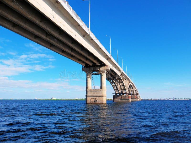 Foto av bron mellan städerna av Saratov och Engels över Volgaet River royaltyfri foto