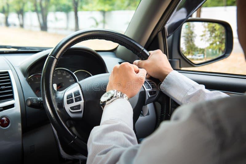 Foto av chauffören som tutar i trafik arkivfoton