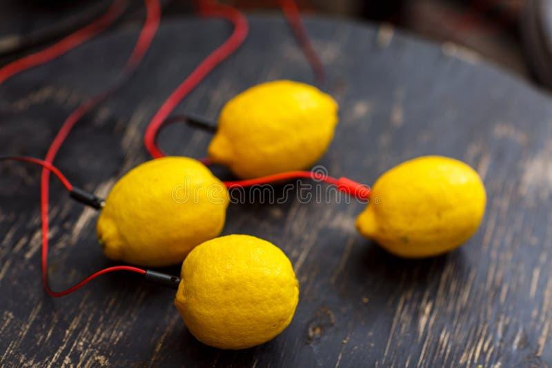 Foto av citroner med röda trådar på den svarta trätabellen royaltyfri foto
