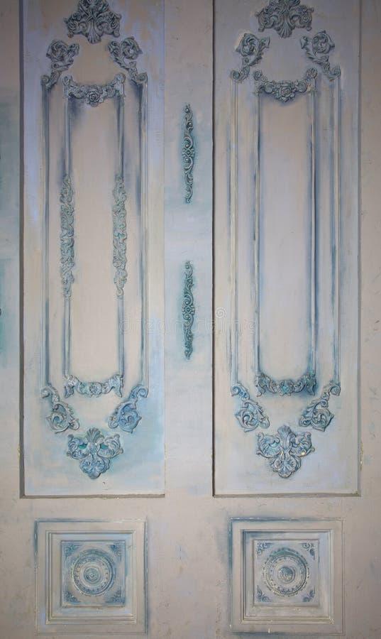 Foto av dekorativa väggpaneler med olika typer av prydnader i form av dekorativ ramar och hålighetefterföljdtappning royaltyfri bild