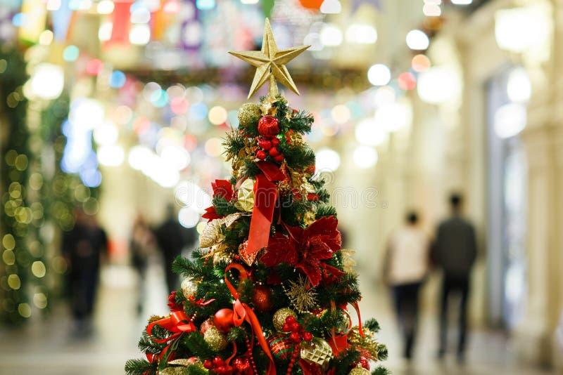 Foto av den dekorerade julgranen med guld- och röda bollar, stjärna i lager royaltyfri bild