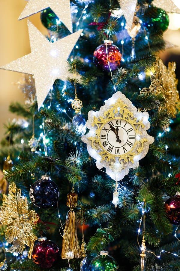 Foto av den dekorerade julgranen med klockan, blåa bollar i lager royaltyfri fotografi