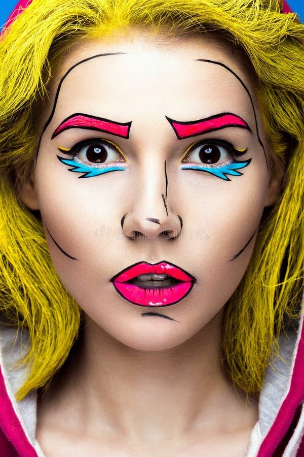 Foto av den förvånade unga kvinnan med yrkesmässigt komiskt smink för popkonst Idérik skönhetstil arkivbild