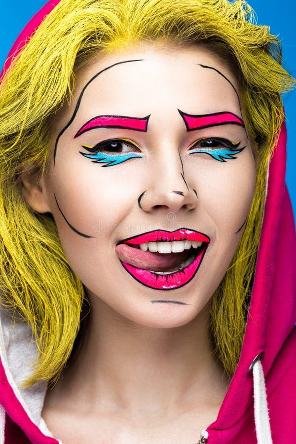 Foto av den förvånade unga kvinnan med yrkesmässigt komiskt smink för popkonst Idérik skönhetstil arkivbilder