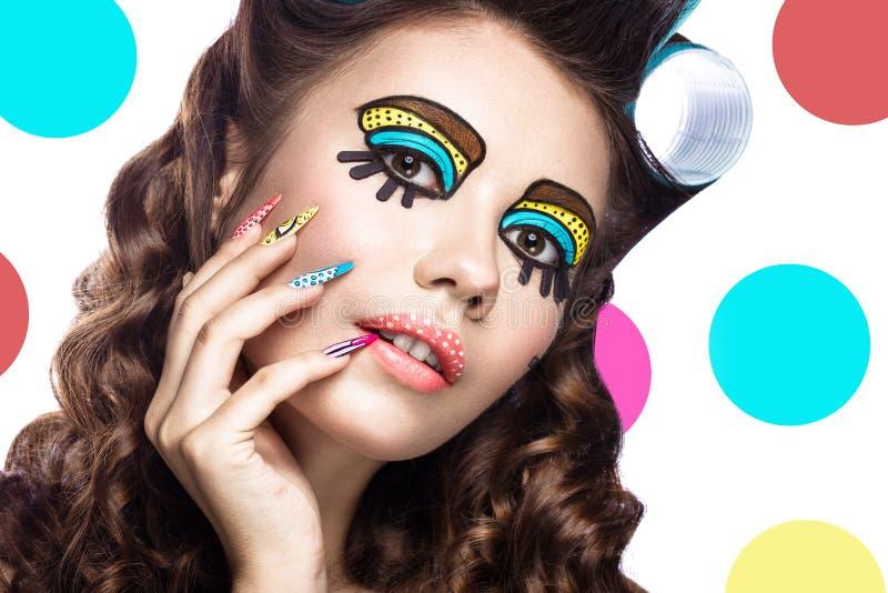 Foto av den förvånade unga kvinnan med yrkesmässigt komiskt smink för popkonst och designmanikyr Idérik skönhetstil royaltyfri bild