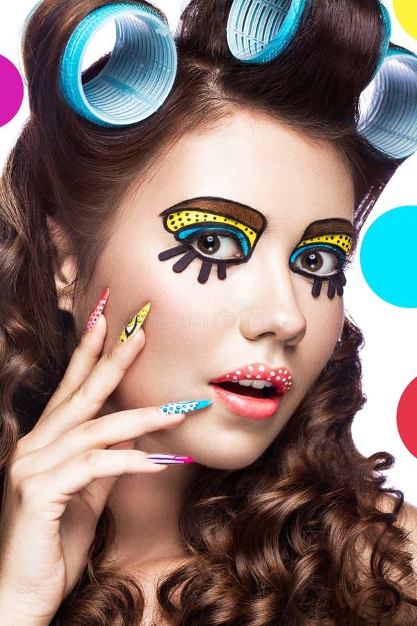 Foto av den förvånade unga kvinnan med yrkesmässigt komiskt smink för popkonst och designmanikyr Idérik skönhetstil royaltyfri fotografi