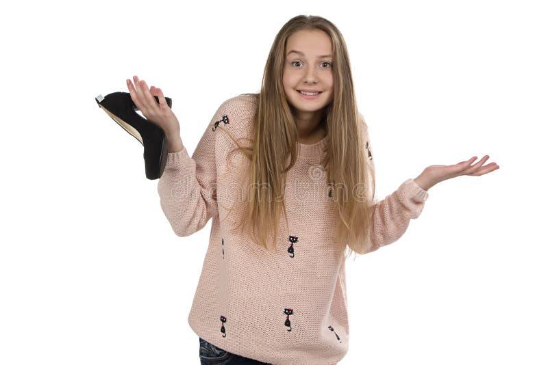 Foto av den förvirrade tonårs- flickan med skon fotografering för bildbyråer