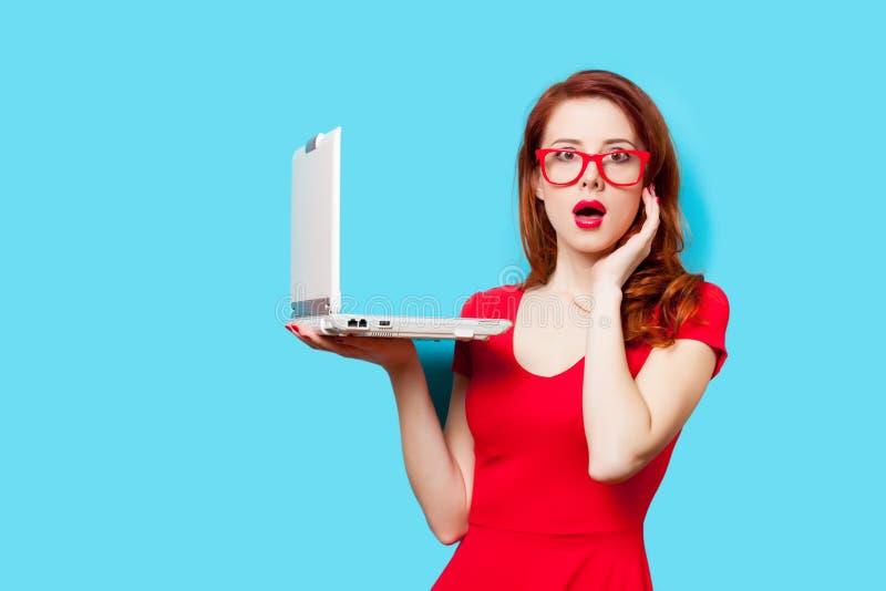 Foto av den härliga hållande bärbara datorn för ung kvinna på det underbara bet arkivbild