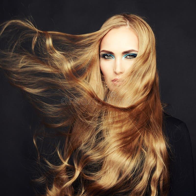 Foto av den härliga kvinnan med storartat hår. Perfekt makeup arkivfoton