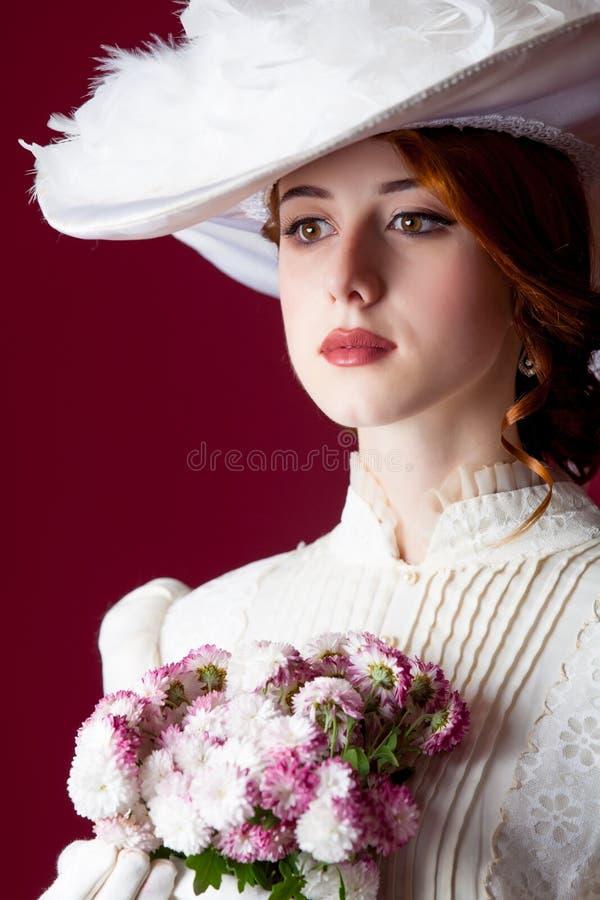 Foto av den härliga unga kvinnan i tappningklänning med den gulliga gruppen arkivbilder