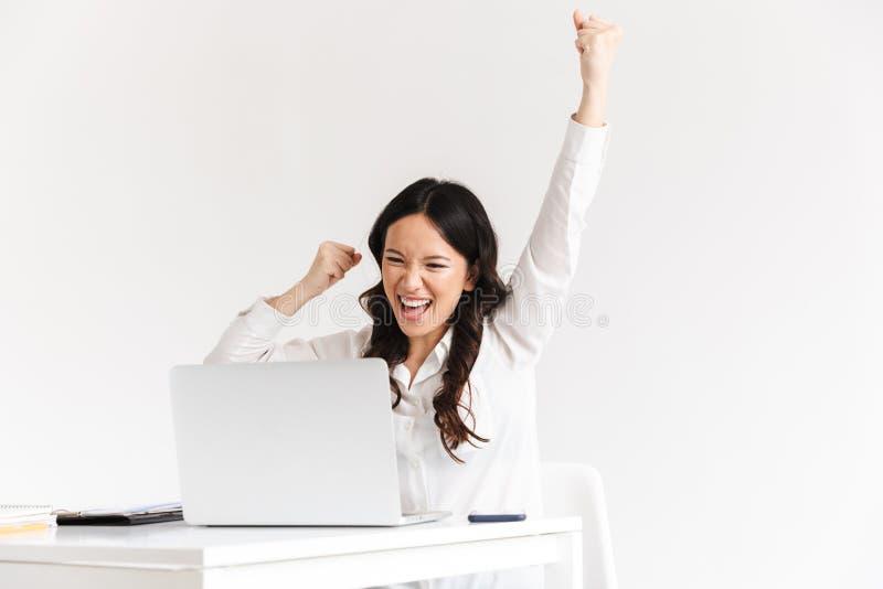 Foto av den lyckliga kinesiska affärskvinnan med lång screami för mörkt hår fotografering för bildbyråer