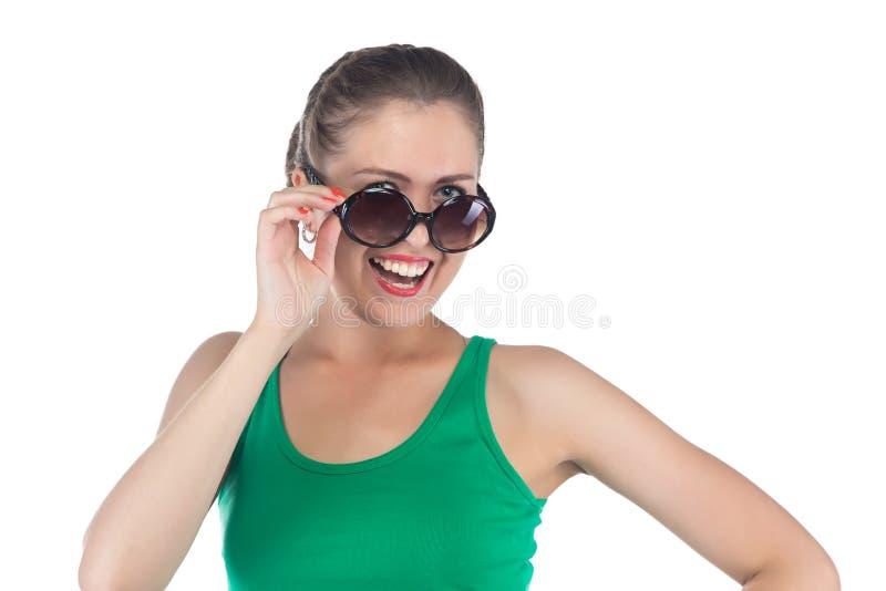 Foto av den lyckliga le kvinnan med solglasögon arkivfoto