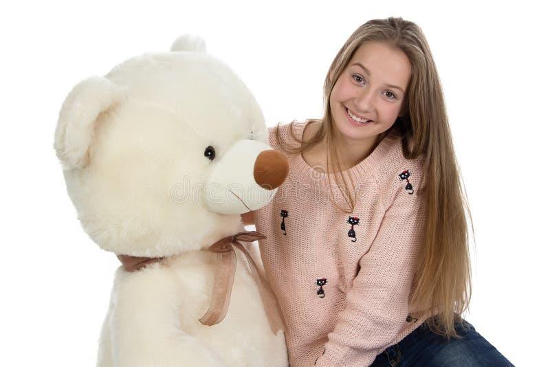 Foto av den lyckliga tonårs- flickan med nallebjörnen arkivbilder