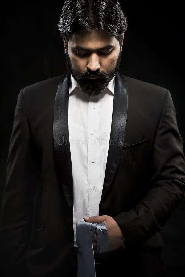 Foto av den stilfulla mannen i elegant svart smoking royaltyfri fotografi