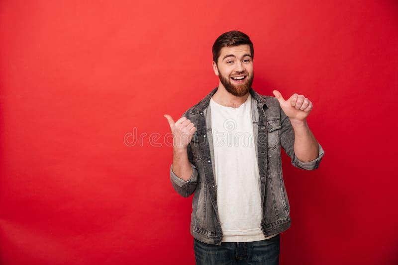 Foto av den stiliga man30-tal i tillfälliga kläder som gör en gest fingrar a royaltyfri fotografi